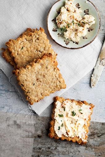 Biscuits apéritifs aux herbes et aux graines